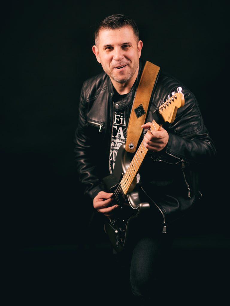 Daniel Dragomirescu - chitara